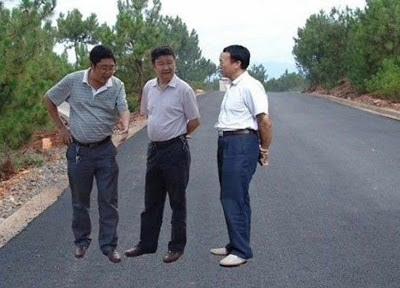 Três líderes comunistas de Lihong pairando sobre uma estrada nova
