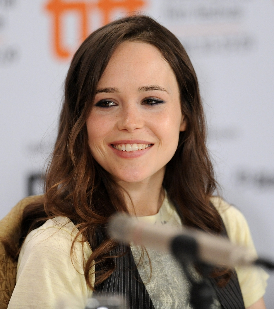 Ellen Page Comes Out (or Through?) the Closet эллен пейдж
