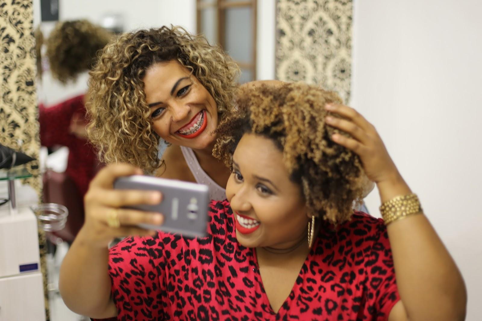 Monica Alves, além de ser uma excelente profissional é uma pessoa  maravilhosa! Ela é especialista em cabelos crespos e cacheados.