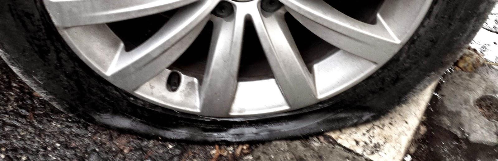 Resultado de imagem para carros pneus furados