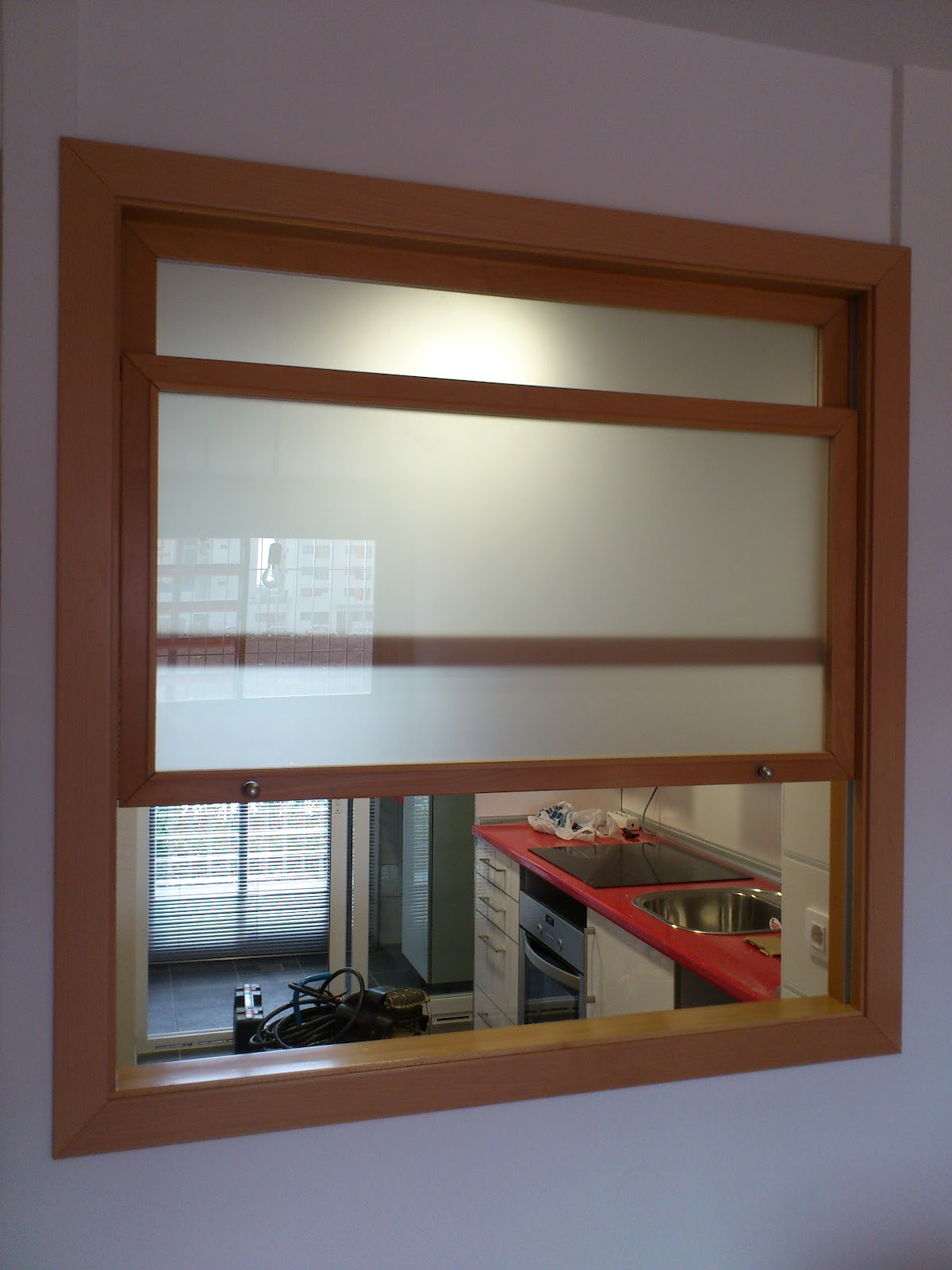 Muebles a medida ventana de guillotina entre cocina y salon for Muebles a medida de cocina