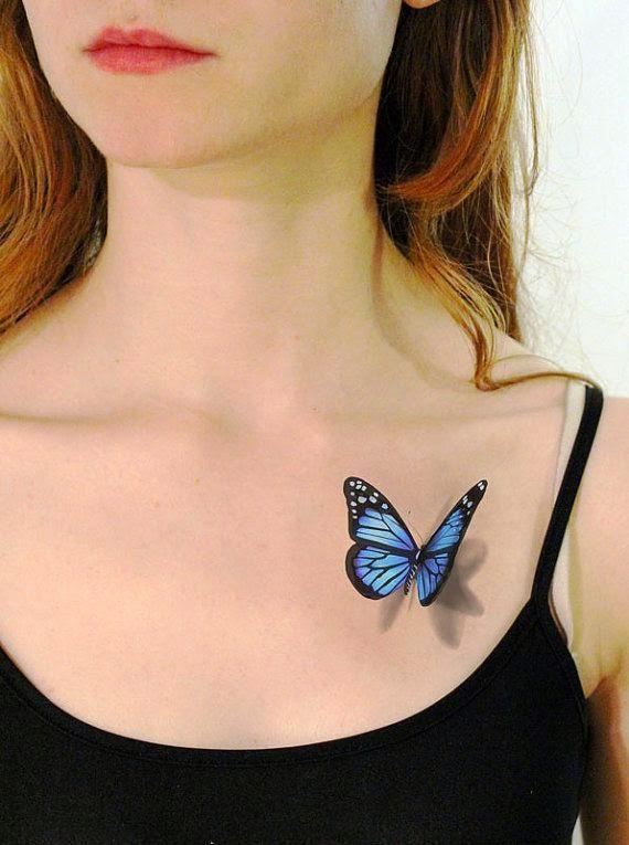 precioso tatuaje de mariposa bajo la clavícula de una peliroja