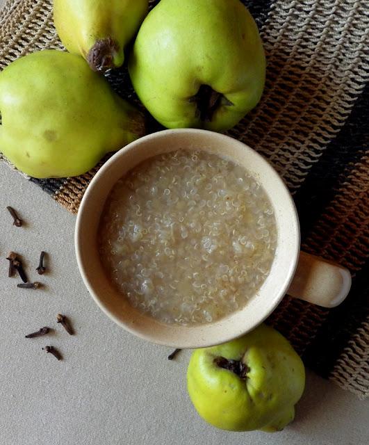 bezglutenowy napój z quinoy jabłeki i pigwy z cynamonem i goździkami
