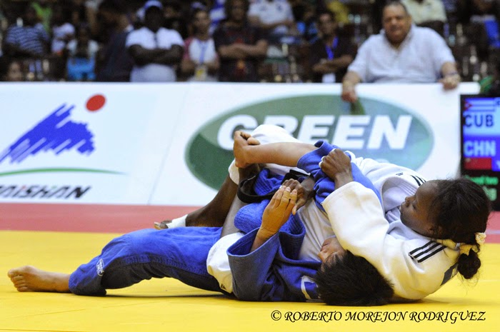 M. Espinosa (kimono blanco), de Cuba,  se enfrenta J. Yang, de China, en los 63 kilogramos, del Grand Prix de Judo de La Habana, con sede en el Coliseo de la Ciudad Deportiva, el 7 de junio de 2014