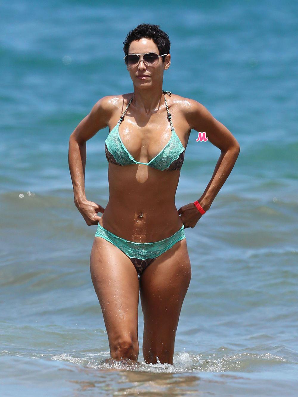 Femmes nues en bikini