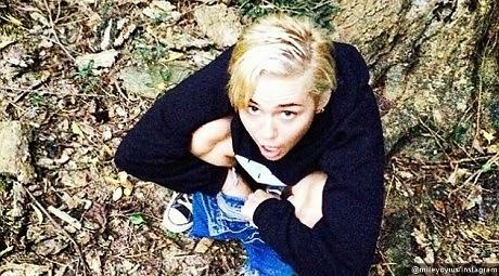 Tak senonoh Miley Cyrus upload foto sedang kencing di Instagram