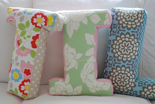 Copy paste decorar com almofadas em forma de letras - Formas de letras para decorar ...