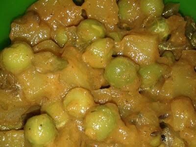 Aloo Matar / Potato and Peas in Tomato Gravy