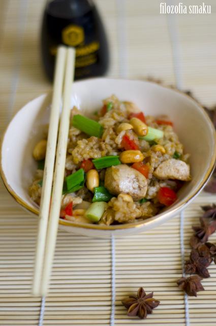 Smażony ryż z kurczakiem i orzechami