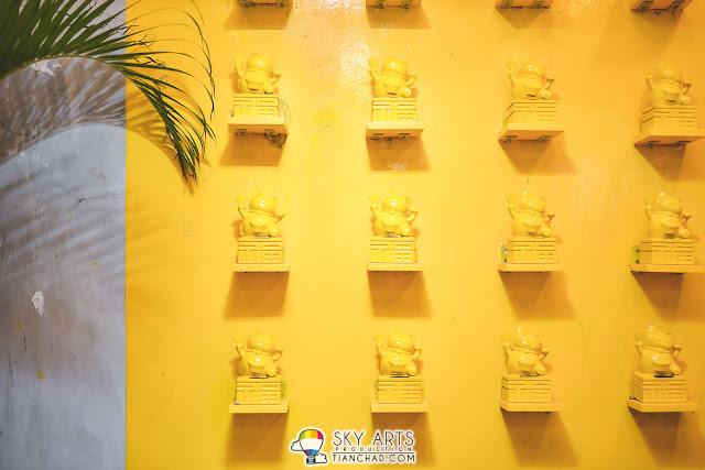 Inside Scoop 店內某一面漆上鮮黃色的牆和招財貓擺設