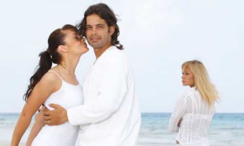 7 Things to Think About Before Cheating on Your Girlfriend,woman kiss man,woman girl jealous