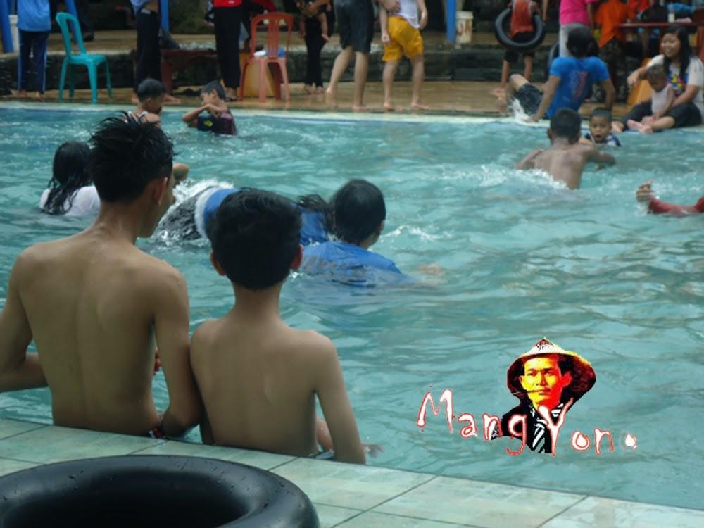 Anak Belajar Berenang di Kolam Renang Tirta Citapen