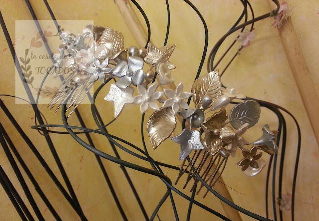peineta vintage de porcelana para novia pintada en colores oro champagne, plata y blanco perla