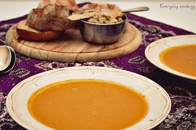 Zupa marchewkowa z suszonymi morelami i tahiną