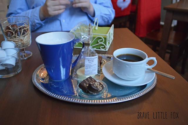 Kaffee und heiße weiße Schokolade mit Pralinen