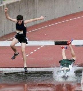Atleta cae en una pileta de agua - Fail
