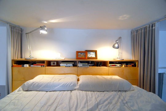 Gutes Schlafen im Hochbett mit Schreibtischleuchte und Bücherregal