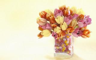 tulipanes de colores pastel en jarron cristal