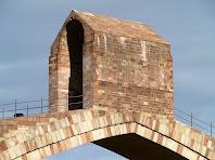 Detall del templet situat al centre del pont, destinat a donar pes a la clau
