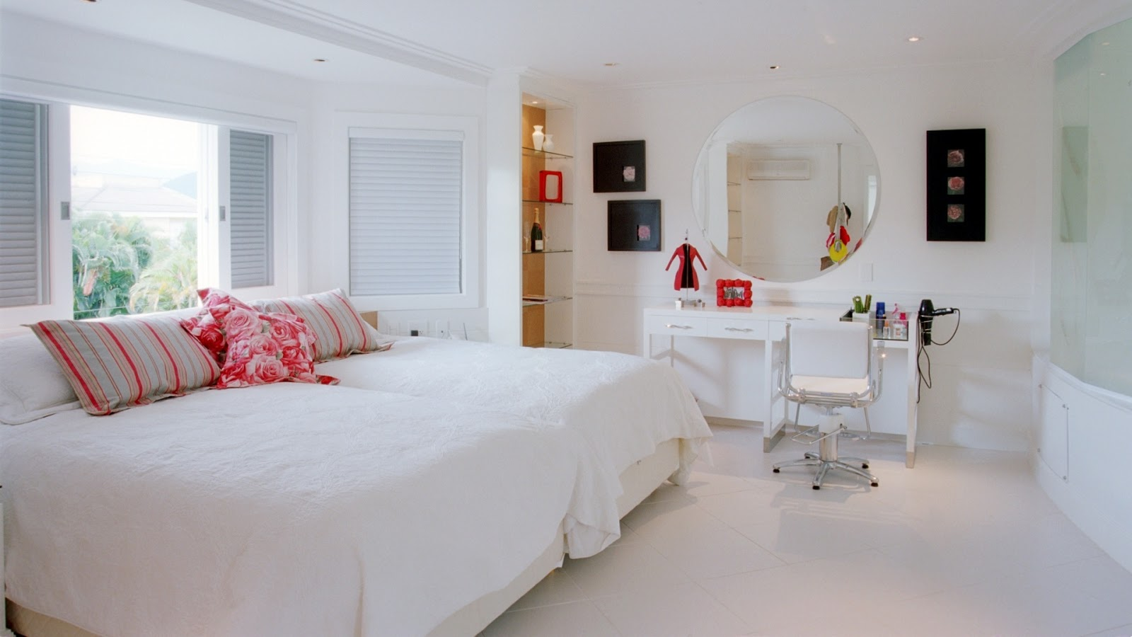 Esse quarto é totalmente clean! Chão paredes janelas teto  #84382F 1600x900 Banheiro Com Banheira Integrada