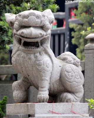 León en la entrada del templo Kun Iam Tong de Macao
