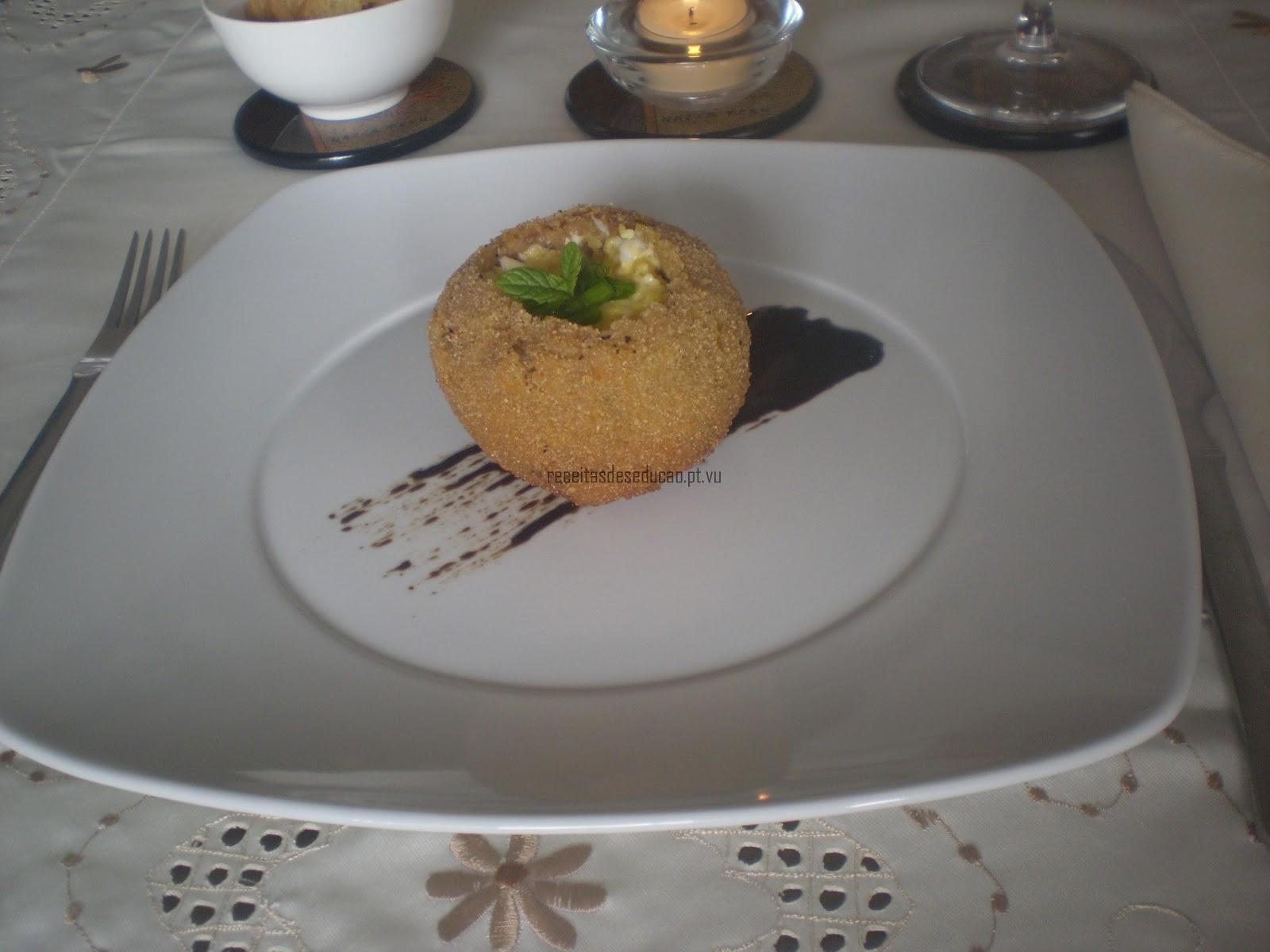 Casca de Alheira com Ovos Mexidos e Redução de Vinagre Balsâmico