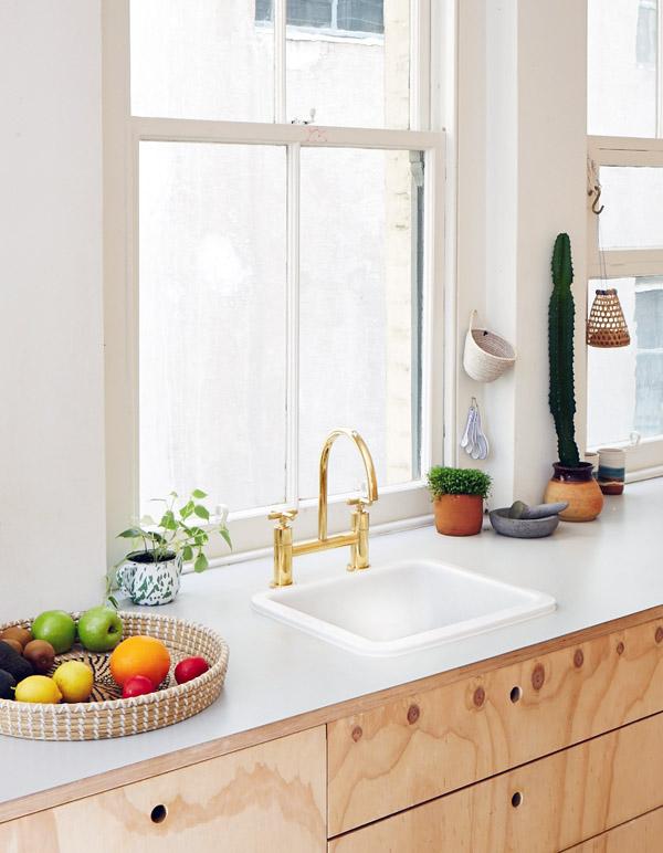 Griferia Para Baño Dorada:White Kitchen with Gold Accents