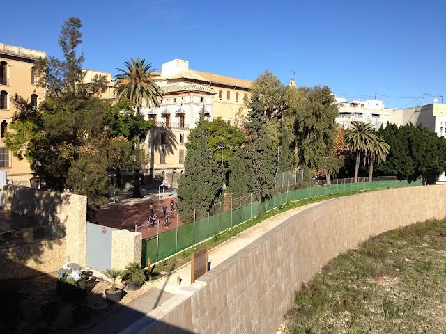 Pati del col·legi Borja. Al fons, el palau Ducal. Gandia