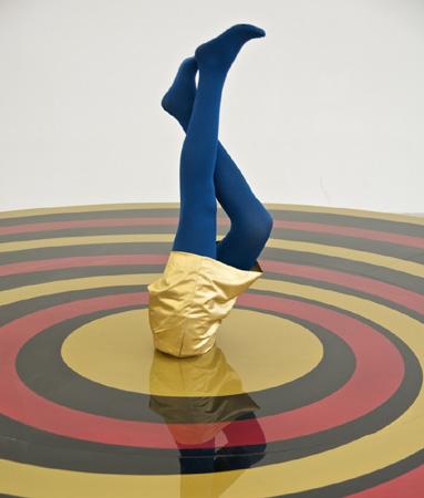 Sylvie Fleury : Escultura - instalación de arte moderno, piernas femeninas en pantys azules