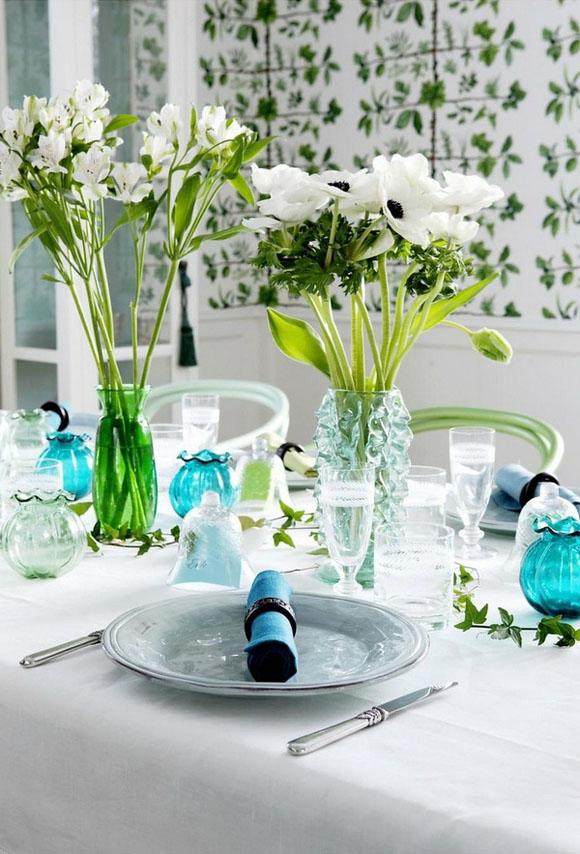 mesa decorada en tonos verde azul turquesa y mesa