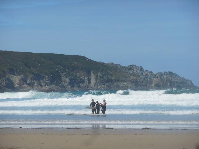 sealiberty-cruising-crew-getting-ready-to-surf-at-baie-des-trespasses-beach-france-surf-trip-2015-atlantic-ocean-spaander-sealiberty-cruising