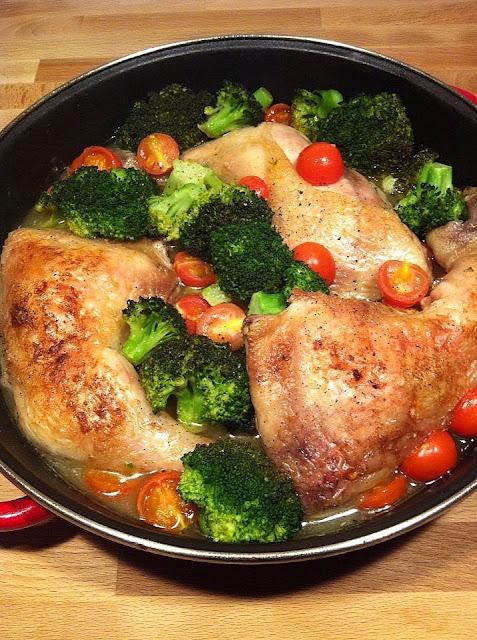 Muslos de pollo con brocolli y tomates cherry
