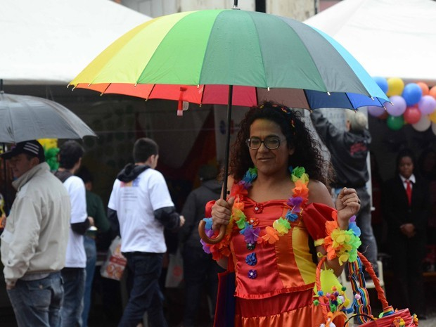 Com o início da 12ª Feira Cultural LGBT, a região central da cidade de São Paulo ganhou um novo colorido na manhã chuvosa desta quinta-feira (7), feriado de Corpus Christi. O evento começou por volta das 10h, no Vale do Anhangabaú. Ele faz parte da série de ações do movimento LGBT que irá culminar com a Parada do Orgulho LGBT deste domingo (10), na Avenida Paulista. Na feira, é possível visitar tendas onde são divulgados os trabalhos sociais desenvolvidos por instituições da área, comprar peças de design e moda do ramo e participar de diversas oficinas, como a de montagem de drag queens (Foto: Alexandre Moreira/ Brazil Photo Press/ AE)