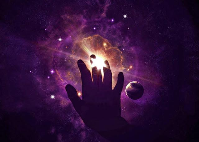 universo y mano