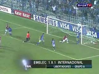 Crítica ao futebol. Inter de Porto Alegre treina perder.