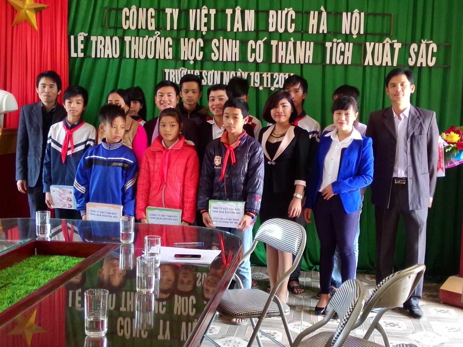 Ảnh lưu niệm cùng các em học sinh tại trường