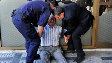 fotos del pensionista de Grecia que llora por no poder cobrar su pensión