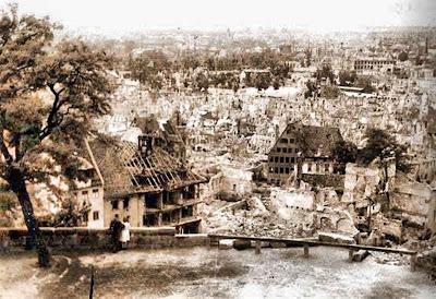 Vista de Núremberg desde la colina del castillo (1945)