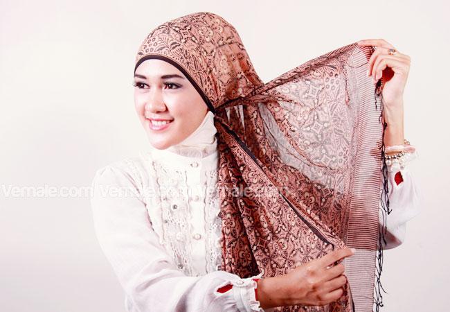 Cara Pakai Hijab Bermotif Modern Terbaru+