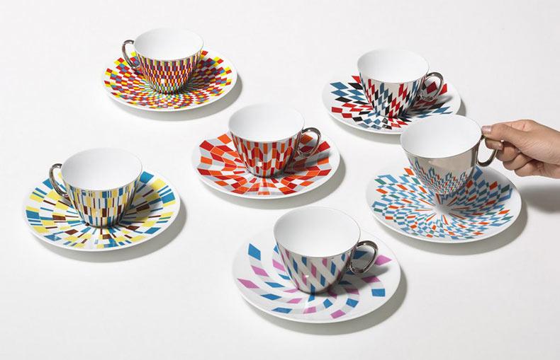 Tazas de café espejo reflejan los patrones sobre los platillos