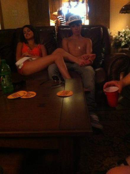 justin bieber feet pics. Justin Bieber RUBBING SELENA#39;S