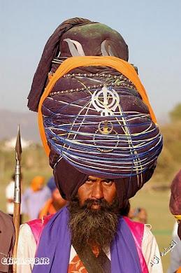 به علامت روی عمامه این هندی نگاه کنید ! شبیه چیس؟؟ درست حدس زدید