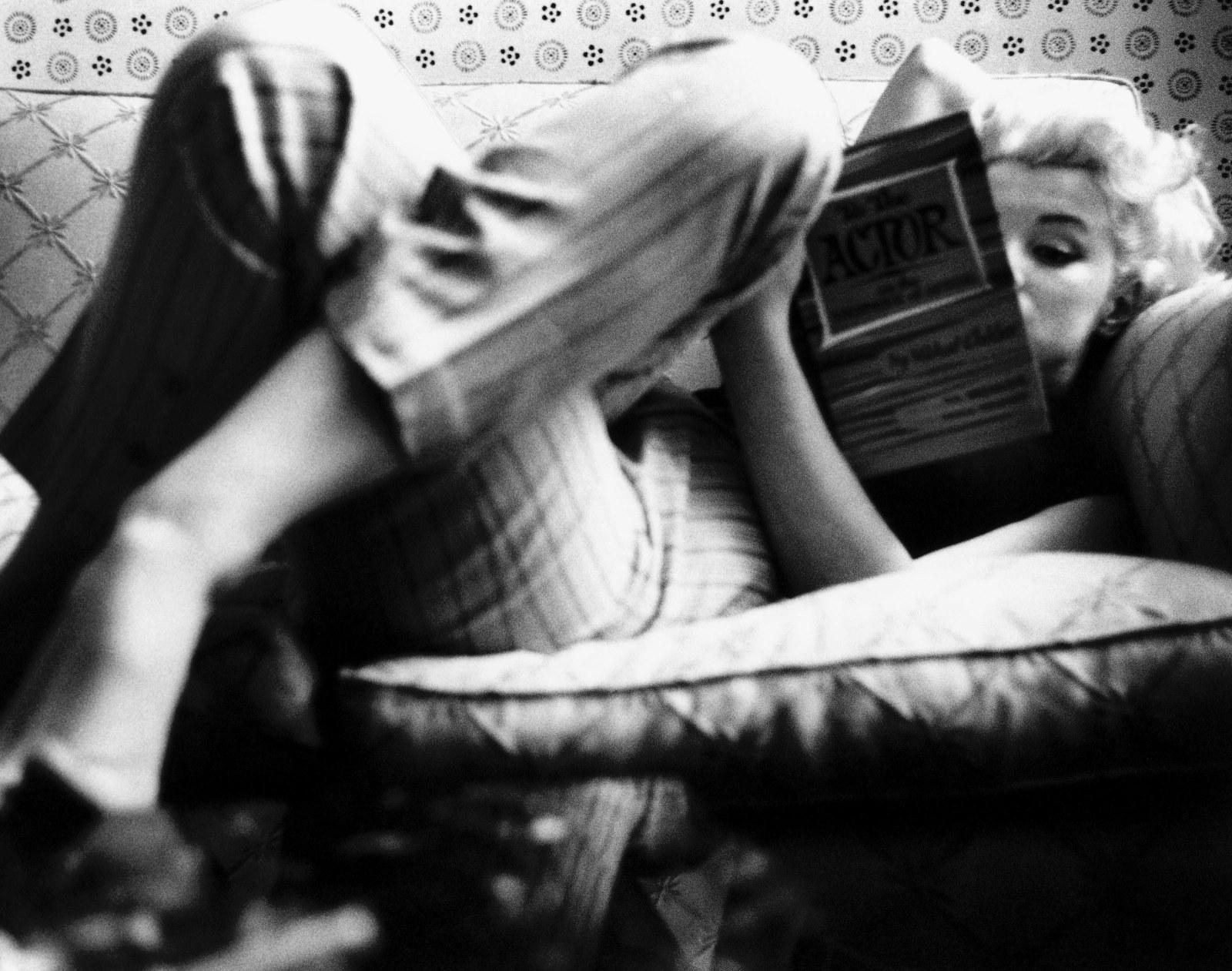 http://3.bp.blogspot.com/-GThXT2gqekc/Tf5BBnE9pVI/AAAAAAAAINs/lNUSbISd9Eo/s1600/Marilyn+Monroe+reading+10.jpg