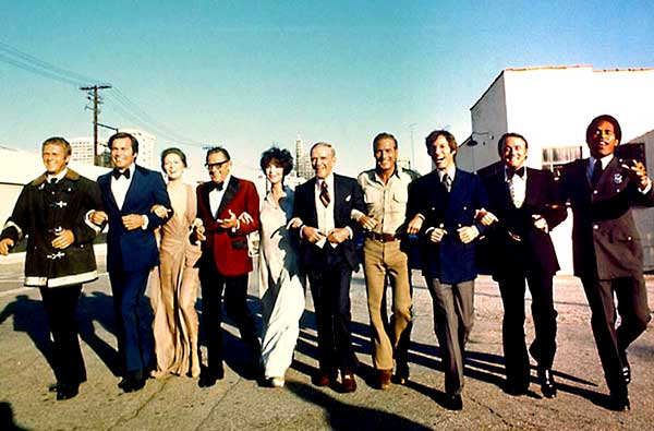 "Steve McQueen, Robert Wagner, Faye Dunaway, William Holden, Jennifer Jones, Fred Astaire, Paul Newman, Richard Chamberlain, Robert Vaughn and O.J. Simpson en ""El Coloso en llamas"" (1974)"