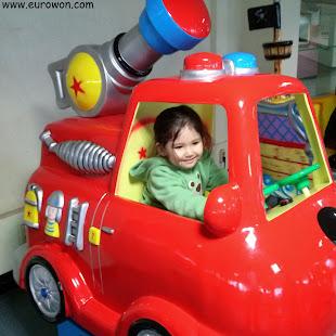 Sonia en un coche para niños