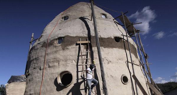 RUMAH berbentuk seperti kapal angkasa lepas yang dibina oleh Vinholis di Alto Paraiso De Goias, Brazil.
