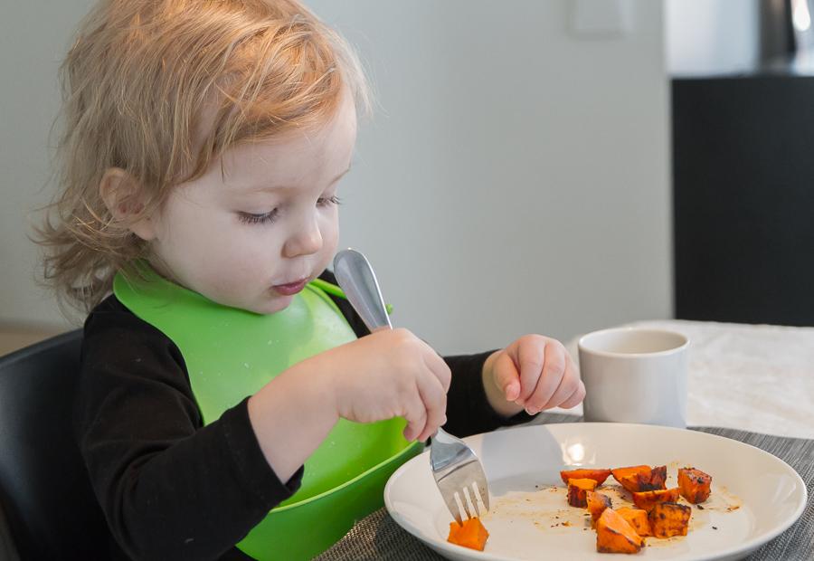 lapsi syö itse