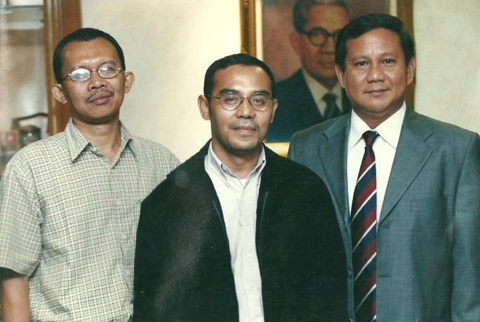 Berfoto seusai wawancara dengan Prabowo Subianto (kanan)