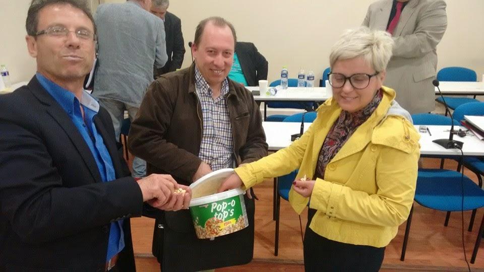Η Αγνή Κανδύλη-Μυκωνιάτη έκανε «δώρο» έναν κουβά …ποπ-κορν στον Σ. Αδαμόπουλο για ανάρτησή του στο Facebook (φωτογραφίες)