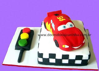 bolo decorado Carros Mcqueen bolo formato carro pista corrida montanhas paisagem rota 66